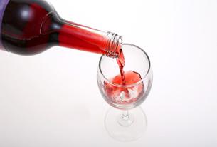 ワインを注ぐ瞬間イメージの写真素材 [FYI00230190]