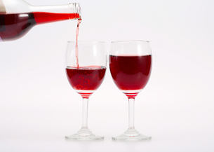 赤ワイン注ぐの写真素材 [FYI00230195]