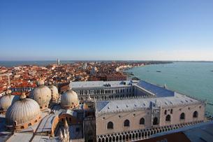 ベネチア、青い空と青い海と赤い屋根(ヴェネツィアの鐘楼から)の写真素材 [FYI00230199]