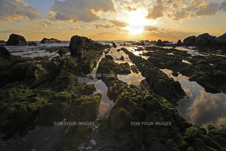 海蝕棚と落日の写真素材 [FYI00230236]