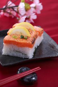 サーモンの炙り寿司 レモン添えの写真素材 [FYI00230237]