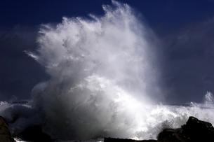 炸裂する波の写真素材 [FYI00230243]