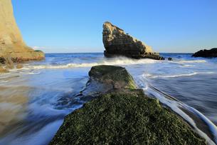 引き潮と小島の写真素材 [FYI00230279]