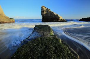 引き潮と小島の写真素材 [FYI00230299]