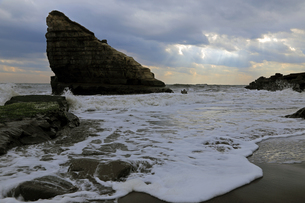 小島と波と空。の写真素材 [FYI00230341]