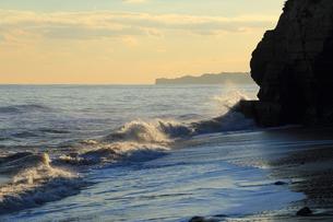 寄せる波。の写真素材 [FYI00230342]