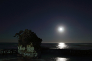 満月と海と小島。の写真素材 [FYI00230364]