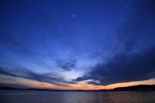 夕暮れの湖の写真素材 [FYI00230495]