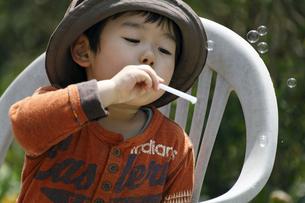 シャボン玉を吹く男の子の写真素材 [FYI00230513]