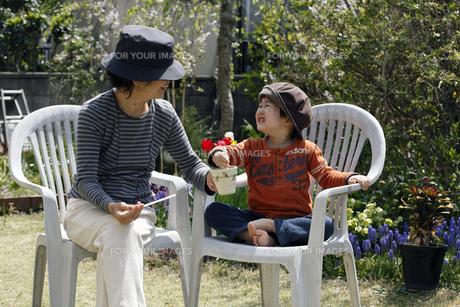 祖母と孫の語らいの写真素材 [FYI00230515]