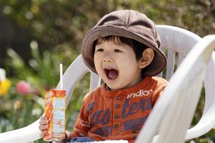 帽子を被った男の子の写真素材 [FYI00230523]