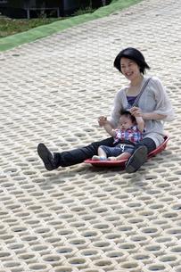 ママと滑るの写真素材 [FYI00230535]