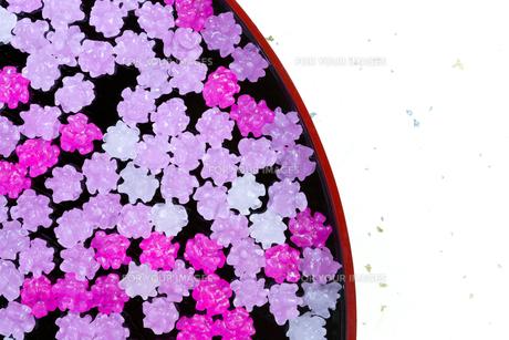 お盆に載せたピンクのコンペイトウの写真素材 [FYI00230695]