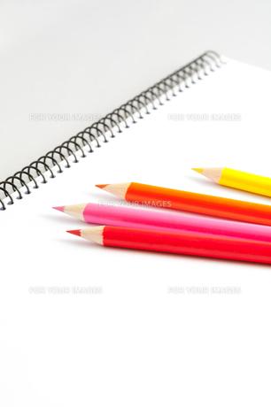 スケッチブックと色鉛筆の写真素材 [FYI00230701]