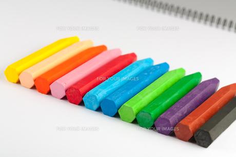 12色のクレヨンとスケッチブックの写真素材 [FYI00230704]