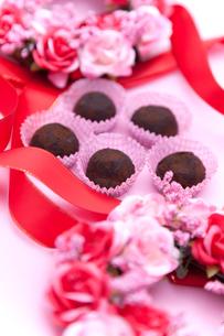 バラとリボンに囲まれたチョコトリュフの写真素材 [FYI00230709]