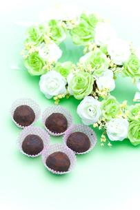 バラのリースとチョコレートの写真素材 [FYI00230713]