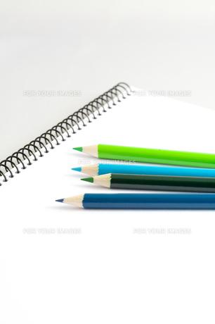 スケッチブックと色鉛筆の写真素材 [FYI00230717]