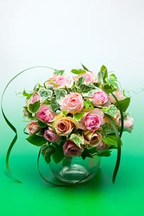 バラとアイビーのフラワーアレンジメントの写真素材 [FYI00230723]