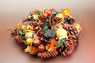 野菜と木の実で作った秋のリースの写真素材 [FYI00230726]