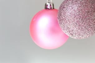 クリスマスのオーナメント、ピンクのラメとピンクの写真素材 [FYI00230733]