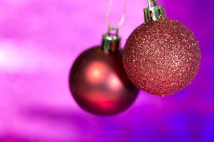 赤色のクリスマスボール、パープルムラ背景の写真素材 [FYI00230753]