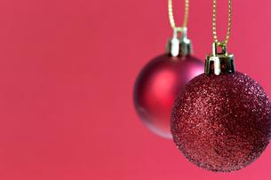 赤色のクリスマスボールの写真素材 [FYI00230758]