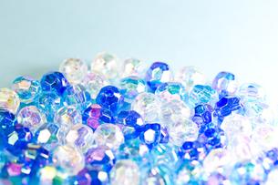 青と白のビーズの写真素材 [FYI00230761]