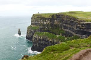 アイルランド共和国、モハーの断崖と海食柱の写真素材 [FYI00230766]