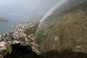 世界遺産コトルから昇る虹の写真素材 [FYI00230770]