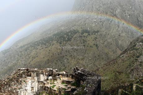 コトルの要塞にかかる虹の写真素材 [FYI00230777]