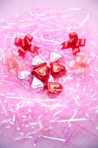 ハートのチョコレートとリボンの写真素材 [FYI00230785]