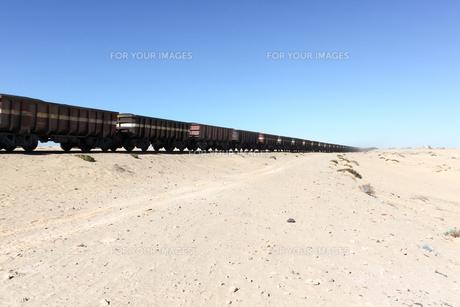 砂漠を行く長大な貨物列車の写真素材 [FYI00230790]