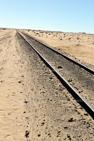 まっすぐ延びる砂漠の線路の写真素材 [FYI00230797]