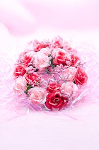 二色のバラのリースの写真素材 [FYI00230799]