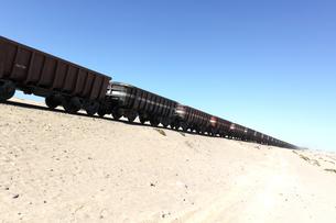 砂漠を行く長大な貨物列車の写真素材 [FYI00230801]