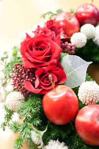 バラとミニリンゴの写真素材 [FYI00230803]