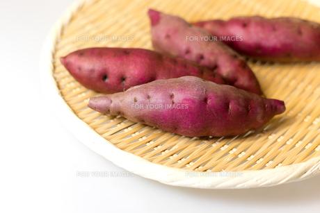 笊に載せたサツマイモの写真素材 [FYI00230850]
