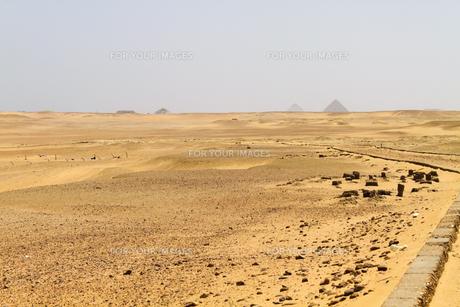 エジプト世界遺産ピラミッド地帯の砂漠の写真素材 [FYI00230895]
