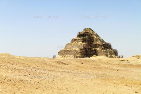 砂漠と階段ピラミッドの写真素材 [FYI00230910]