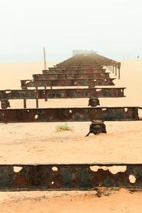 ギニア湾にのびる桟橋跡の写真素材 [FYI00230943]