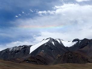 パミール高原、雪山にかかる虹の写真素材 [FYI00230949]