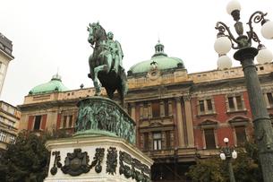ベオグラード国立劇場、ミハイロ公の銅像の写真素材 [FYI00230953]