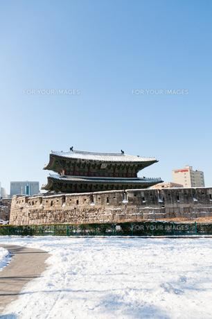 冬の東大門の写真素材 [FYI00230978]