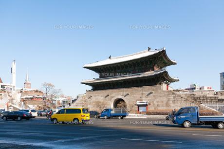 冬の東大門駅前の写真素材 [FYI00230980]