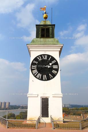 セルビア・ノビサド、針が逆の時計塔の写真素材 [FYI00231073]