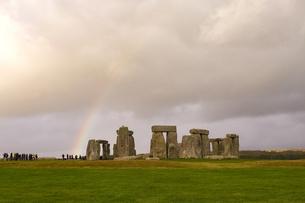イギリス世界遺産 ストーンヘンジにかかる虹の写真素材 [FYI00231089]