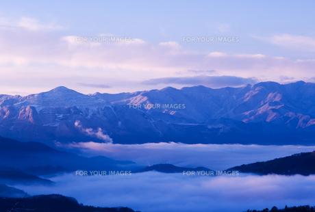 冬の朝の武甲山と秩父盆地の雲海の素材 [FYI00231275]