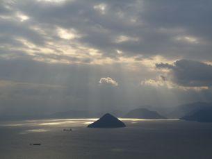 光芒に浮かぶ大槌島の写真素材 [FYI00231363]
