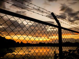 フェンス越しの夕暮れの写真素材 [FYI00231366]